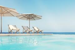 Piscina, sillas de cubierta, paraguas, horizonte Foto de archivo