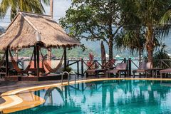 Piscina su una spiaggia tropicale fotografia stock libera da diritti