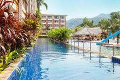 Piscina tailandesa do hotel imagem de stock