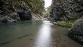 Piscina tranquila rodeada por las rocas grises en el río de Kiyotaki imágenes de archivo libres de regalías