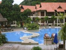 Piscina tropical del centro turístico Imagen de archivo libre de regalías