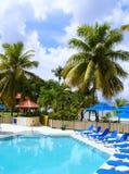 Piscina tropical del centro turístico Imagenes de archivo