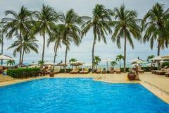 Piscina tropical del centro turístico con los sillones Fotografía de archivo libre de regalías