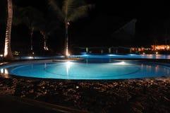 Piscina tropical del centro turístico en la noche Imagen de archivo libre de regalías
