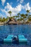 Piscina tropical del centro turístico en Punta Cana Fotos de archivo libres de regalías