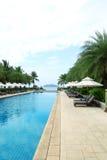 Piscina tropical del hotel de complejo playero Fotos de archivo libres de regalías