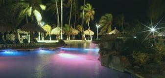 Piscina tropical en la noche fotos de archivo libres de regalías