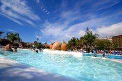 Piscina tropical extensa del hotel de la playa imagen de archivo