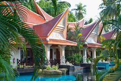 Piscina tropicale dell'hotel di località di soggiorno. Fotografia Stock