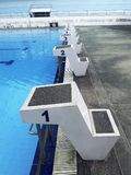 Piscina vacía del aire abierto de la natación - comenzar lugares foto de archivo