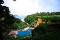 Piscina, vadios do sol ao lado do jardim e construções fotos de stock royalty free