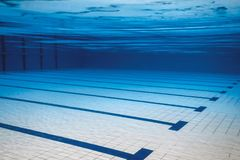 Piscina vazia subaquática foto de stock royalty free