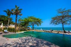 Piscina vicino alla spiaggia alla località di soggiorno di alta classe Fotografia Stock Libera da Diritti