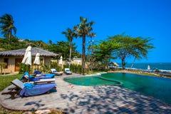 Piscina vicino alla spiaggia alla località di soggiorno di alta classe Immagini Stock Libere da Diritti