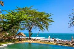 Piscina vicino alla spiaggia alla località di soggiorno di alta classe Fotografie Stock Libere da Diritti