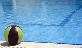Piscina y bola foto de archivo libre de regalías
