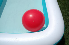 Piscina y bola grande roja Imagen de archivo