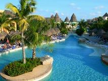 Piscina y centro turístico en Cancun México Fotografía de archivo