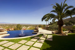 Piscina y fuentes del patio trasero del hogar de la mansión del desierto Imágenes de archivo libres de regalías