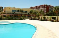 Piscina y hotel. Imagen de archivo