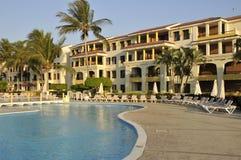 Piscina y hotel del centro turístico foto de archivo