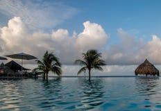 Piscina y mar tropicales Imagenes de archivo