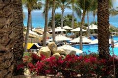 Piscina y océano en el centro turístico en Cabo San Lucas, México Imagen de archivo