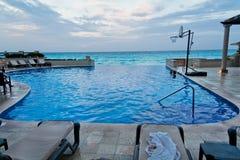 Piscina y océano Yucatán México de Cancun Imagen de archivo libre de regalías
