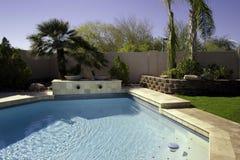 Piscina y patio de la mansión de Arizona Imágenes de archivo libres de regalías