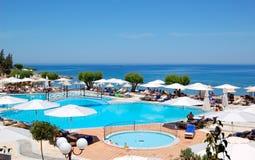 Piscina y playa del hotel de Maris de la tierra Foto de archivo