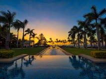 Piscina y puesta del sol en Maui Hawaii de un centro turístico imagen de archivo libre de regalías