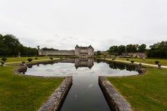 Piscina y reflexiones del castillo de La Roche Courbon foto de archivo