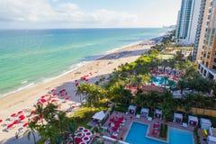 Piscinas aéreas del condominio de Sunny Isles Beach Florida imagen de archivo libre de regalías