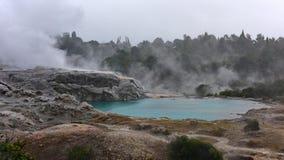 Piscinas calientes geotérmicas en Te Whakarewarewa Valley Fotos de archivo libres de regalías