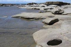 Piscinas claras de la roca en el promontorio, Caloundra Imagen de archivo