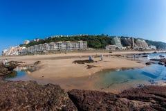 Piscinas de la roca de la playa del mar de los apartamentos del día de fiesta Foto de archivo libre de regalías