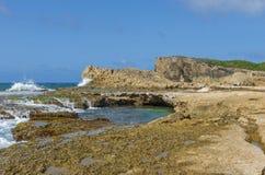 Piscinas de los acantilados y repisas de marea de la roca de Punta Las Tunas imagen de archivo
