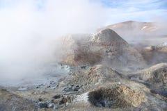 Piscinas del ácido sulfúrico del géiser en Bolivia foto de archivo