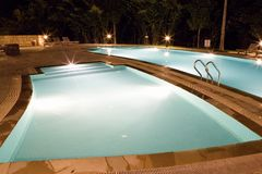 Piscinas en la noche Imagen de archivo