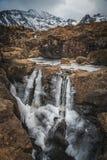 Piscinas frágiles y de hadas en la isla de Skye, montañas, Scotla del río fotografía de archivo