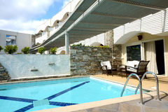 Piscinas pela casa de campo no hotel de luxo Imagens de Stock Royalty Free