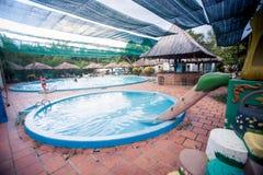 Piscinas redondas con los accesorios por el hotel tropical Fotografía de archivo libre de regalías