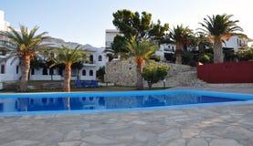 Piscinas y hotel en Grecia fotos de archivo