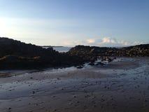 Piscinas y rocas de la roca en la playa Imágenes de archivo libres de regalías