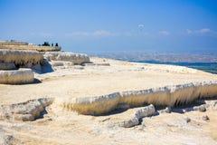 Piscinas y terrazas del travertino en Pamukkale Imágenes de archivo libres de regalías