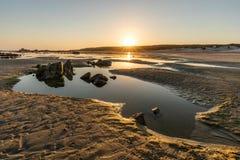 Piscine à distance de marée sur une plage sud-africaine photographie stock libre de droits