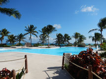 Piscine à une station de vacances des Caraïbes dans le Maya de la Riviera, Mexique Image stock