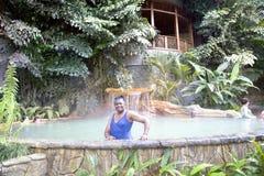 Piscine avec de l'eau une cascade et thermique chaud a photos stock