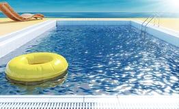 Piscine avec l'anneau de vie, canapé de plage, solarium sur la vue de mer pour des vacances d'été Images stock