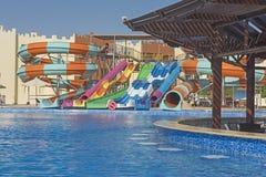 Piscine avec la barre dans une station de vacances tropicale de luxe d'hôtel Photos stock